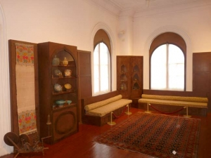 09-exhibit-hall_